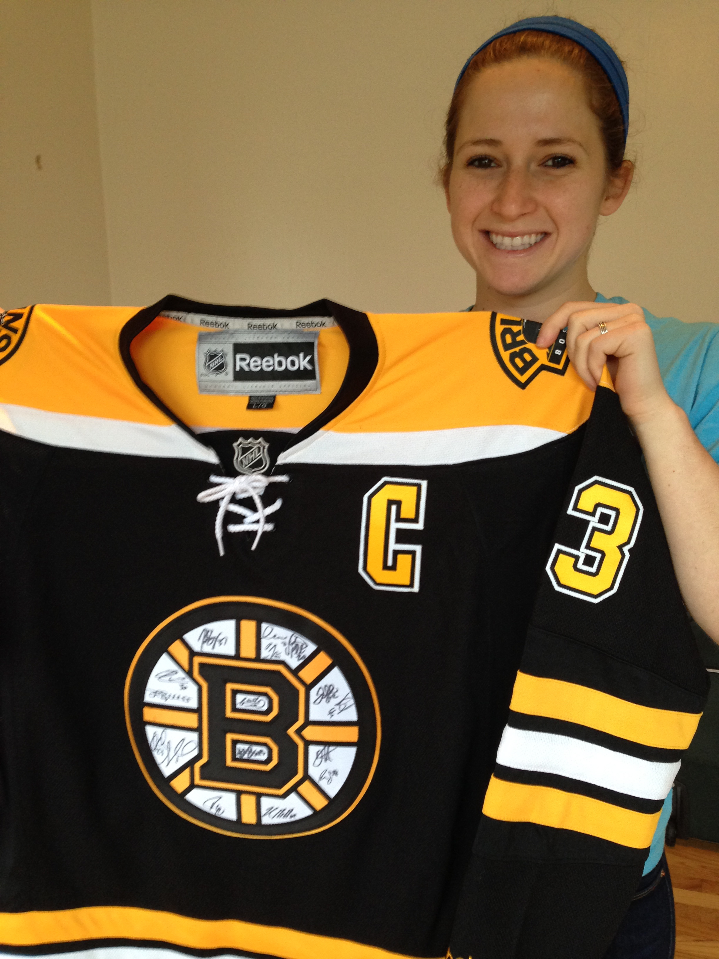 Boston Bruins Chara  33 jersey SIGNED by players of the 2014 Boston ... 6aa23dba28a